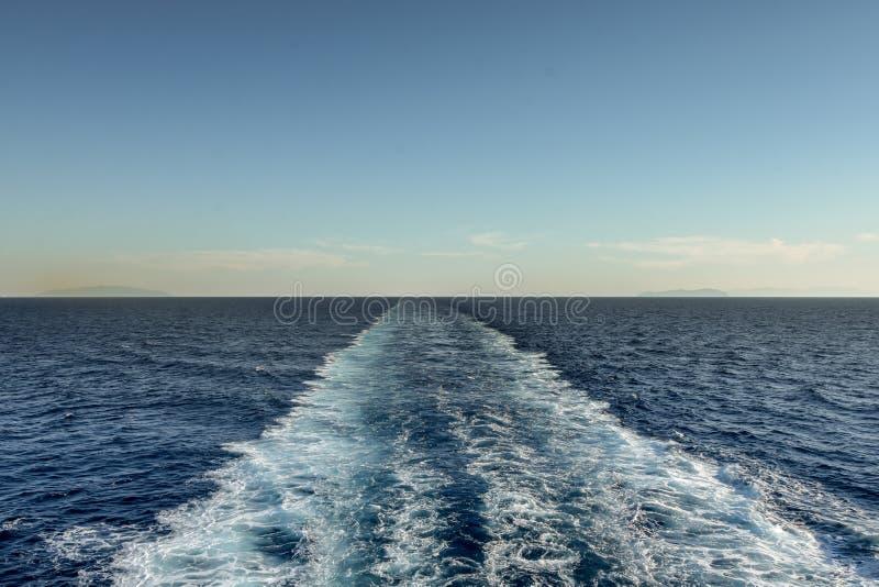 Traccia schiumosa dietro la barca sull'oceano immagine stock libera da diritti