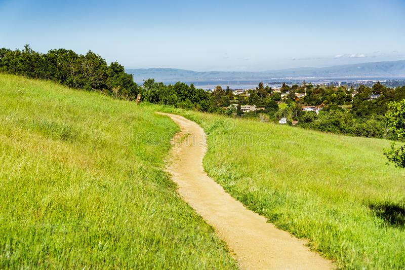 Traccia sulle colline del parco della contea di Edgewood, San Francisco Bay Area, Redwood City, California fotografia stock