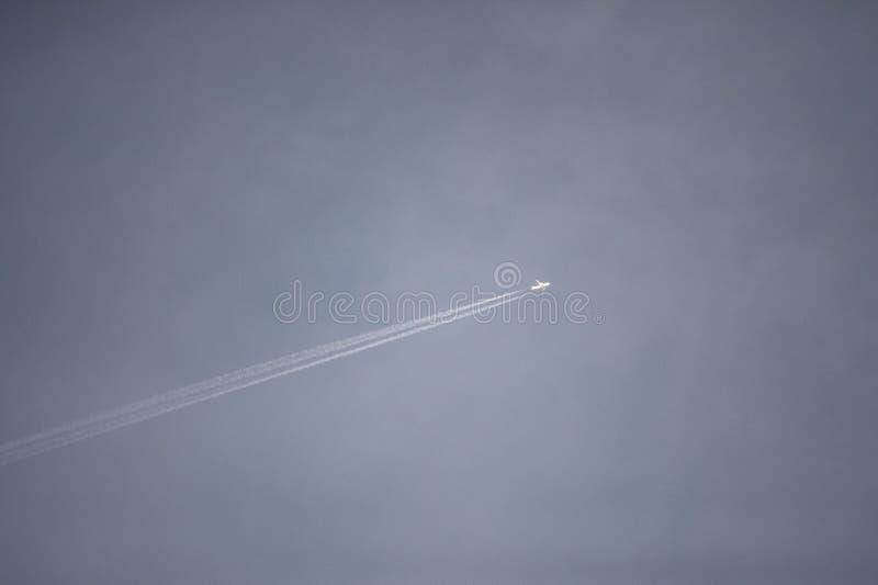 Trace de l'avion dans le ciel photographie stock libre de droits
