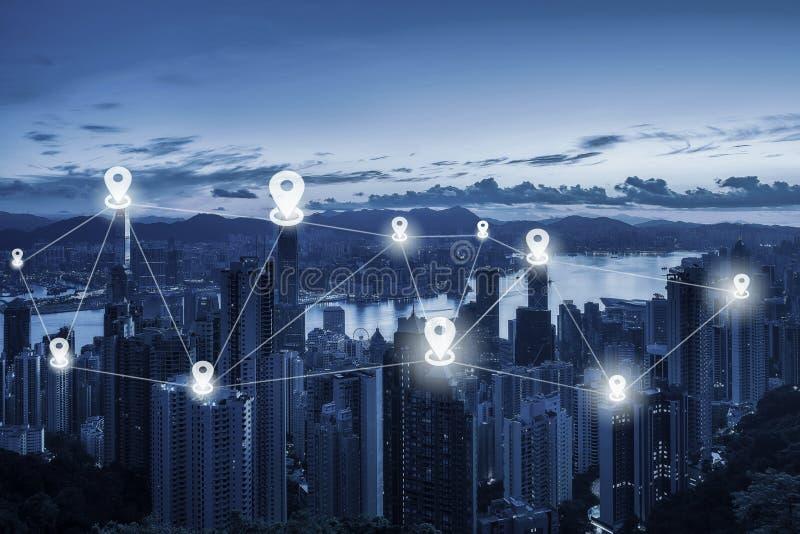 Trace o plano do pino acima do scape da cidade e do conceito da conexão de rede - N imagem de stock