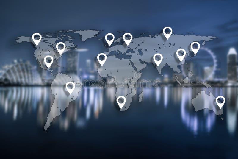 Trace o plano do pino na globalização global da cartografia do mundo com azul fotografia de stock