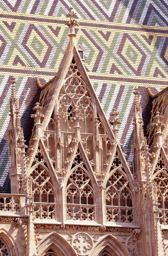 Tracery- och mosaiktaktegelplattor på Stephansdomen, Wien royaltyfri fotografi