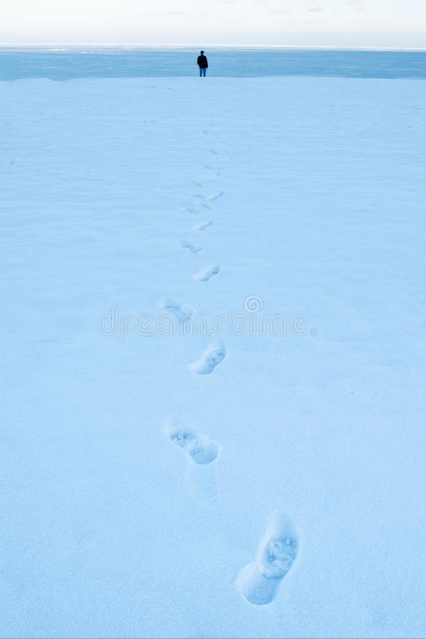 Traces d'un homme dans la neige photographie stock libre de droits
