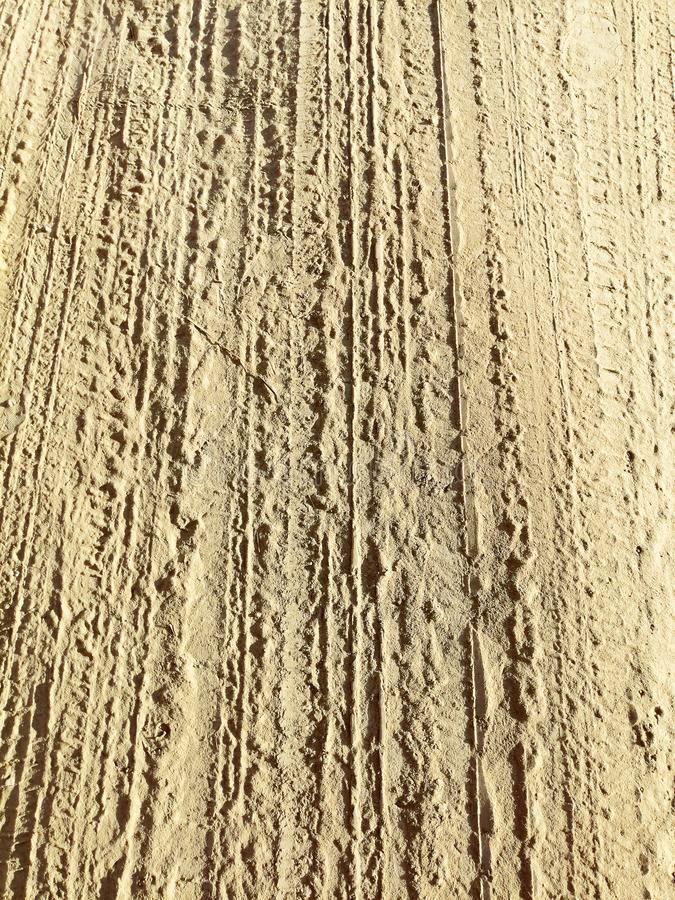 Traces de bande de roulement sur le sable images libres de droits