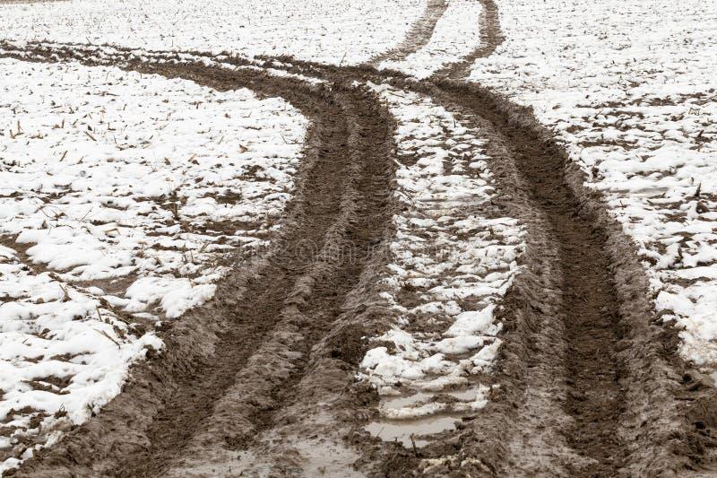 Traces de la voiture sur la neige photographie stock libre de droits