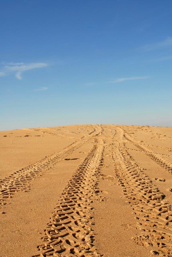 Traces de pneu dans une dune photographie stock