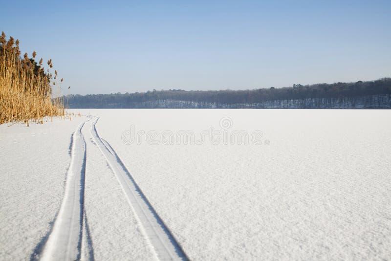 Traces de ski sur l'enneigement image stock