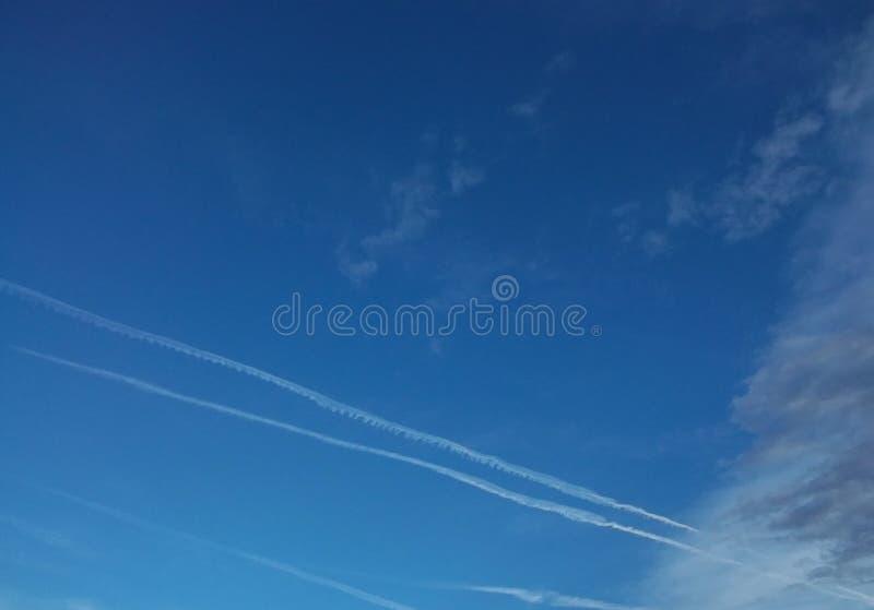 Traces des avions dans le ciel images stock