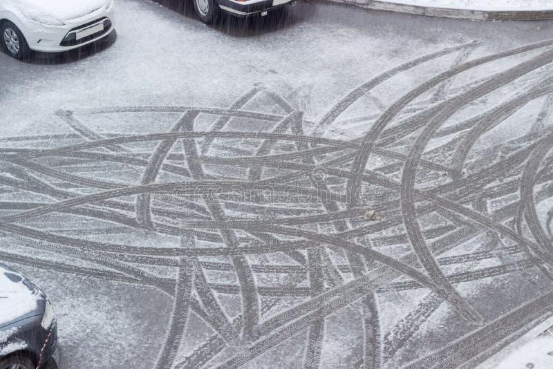 Traces des pneus de voiture sur la neige humide pendant le verglas photo libre de droits