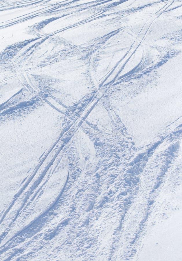 Traces des skis sur la neige comme fond photographie stock