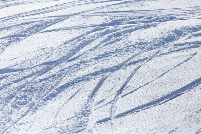 Traces des skis sur la neige comme fond images libres de droits