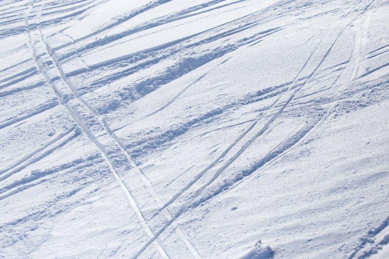 Traces des skis sur la neige comme fond photo libre de droits