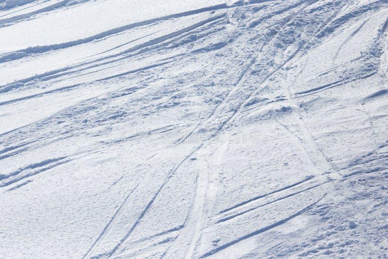Traces des skis sur la neige comme fond image stock