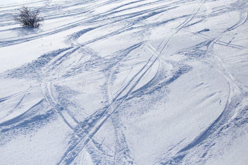 Traces des skis sur la neige comme fond photos libres de droits