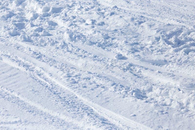 Traces des skis sur la neige comme fond image libre de droits