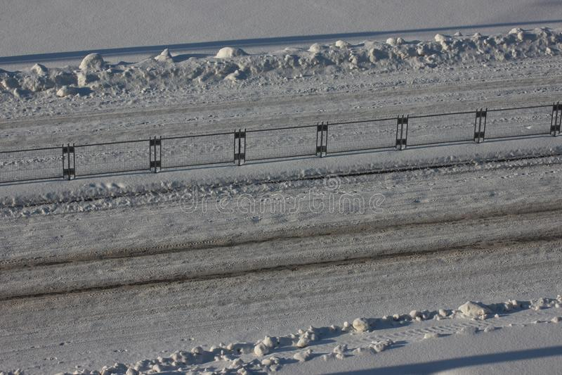Traces des voitures sur la neige sur la route, chaussée, sécurité routière glace pour les pneus cloutés Le jour ensoleillé, resso photo stock