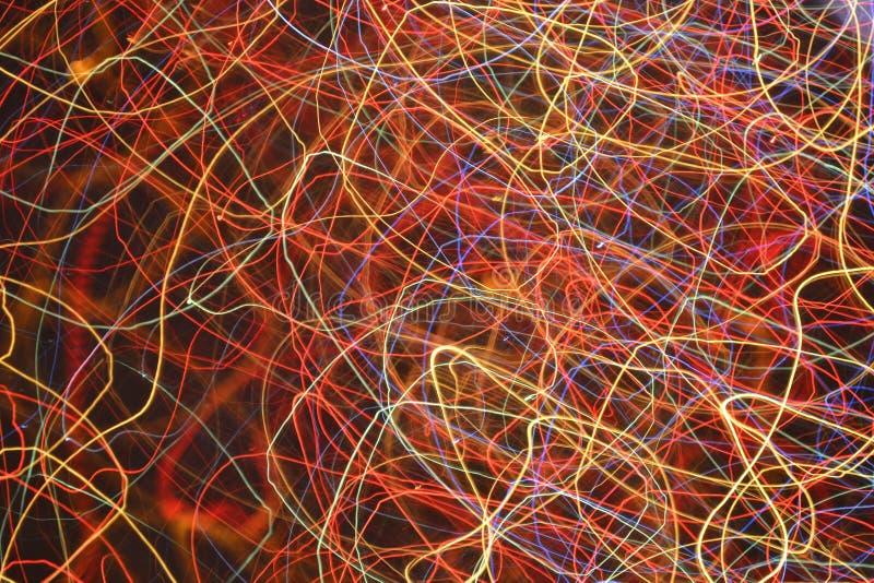 Traces multicolores de lumières sur le fond noir image libre de droits