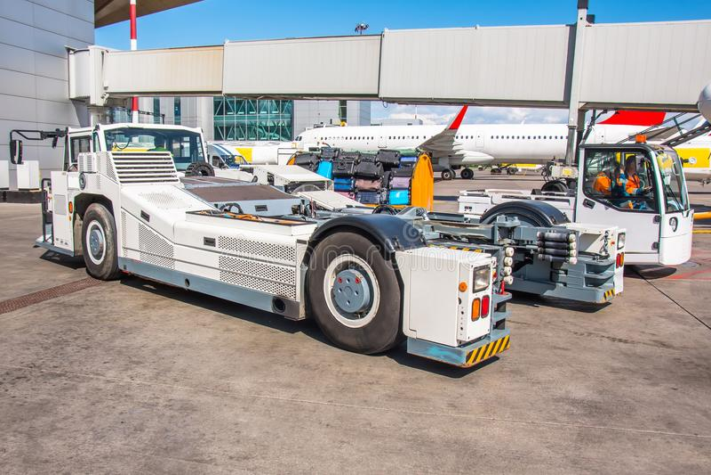 Tracktor di rimorchio del carretto pronto a respingere l'aeroplano sul carrello di atterraggio anteriore del telaio fotografia stock