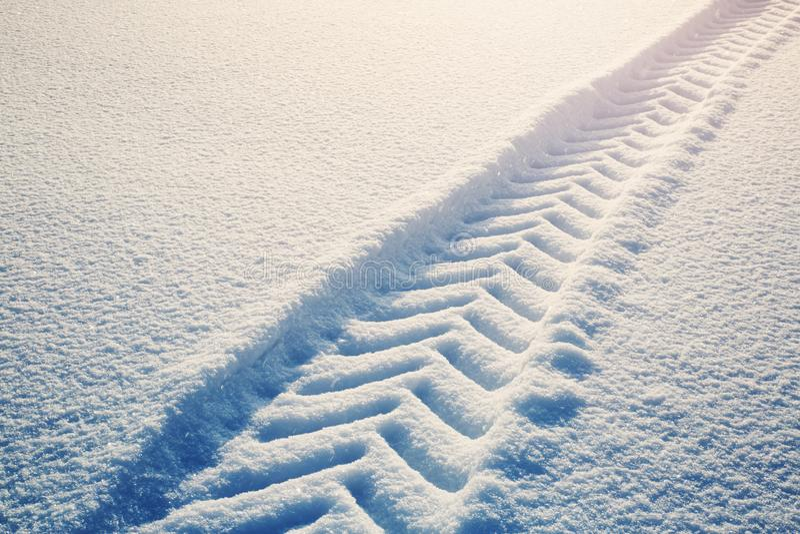 Tracktor fatigue sur la route d'hiver couverte de neige image libre de droits