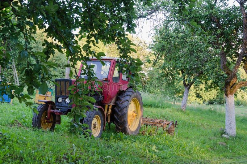 tracteur avec la herse les pommiers de jardin dans la cour image stock image du jardinage. Black Bedroom Furniture Sets. Home Design Ideas