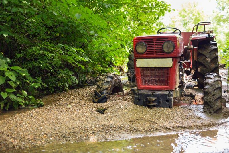 Tracteur coincé dans la boue images libres de droits