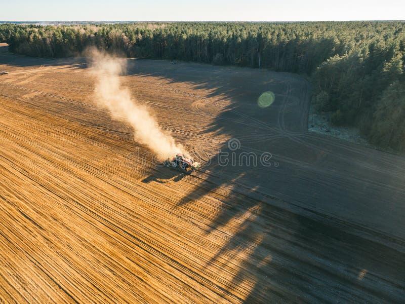 Tracteur cultivant le champ au ressort photo libre de droits