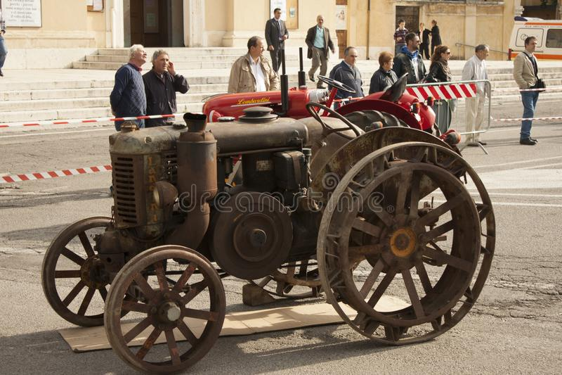 Tracteur daté pour le transport d'utiliser-et d'agriculteur photos stock