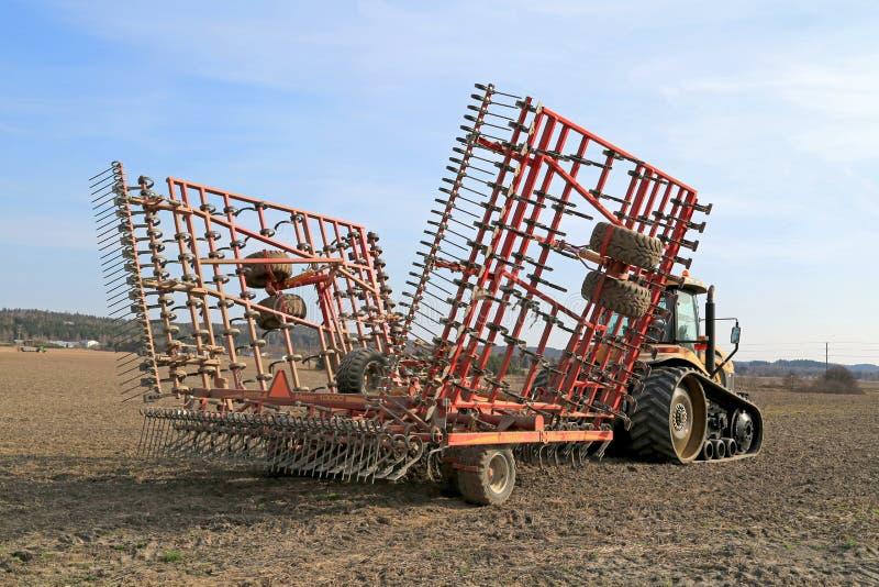 Tracteur de challengeur de Caterpillar et cultivateur de semis de Potila photo stock
