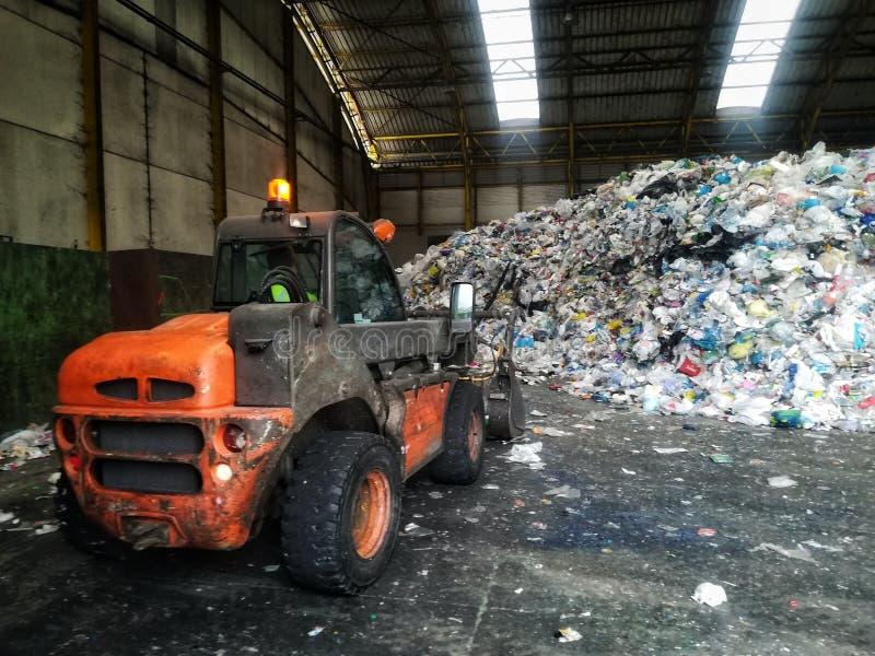 Tracteur de déchets à l'usine de rebut photo stock