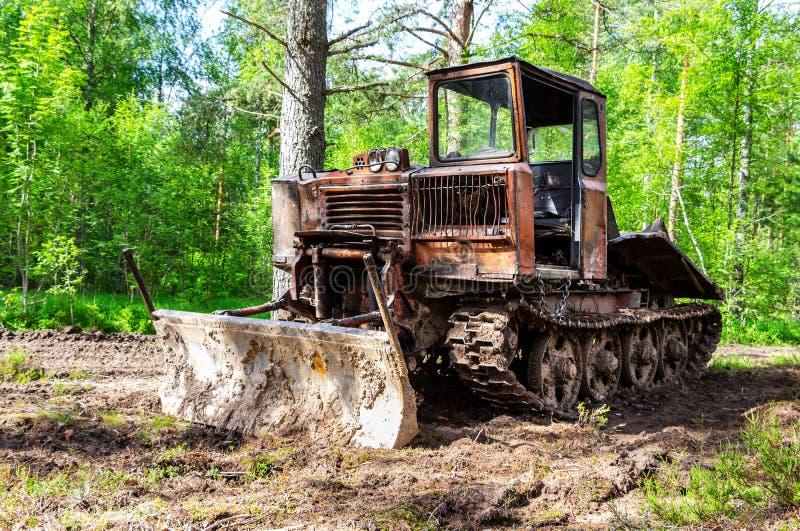 Tracteur de ensabotage pour l'industrie de bois de construction à la forêt image libre de droits