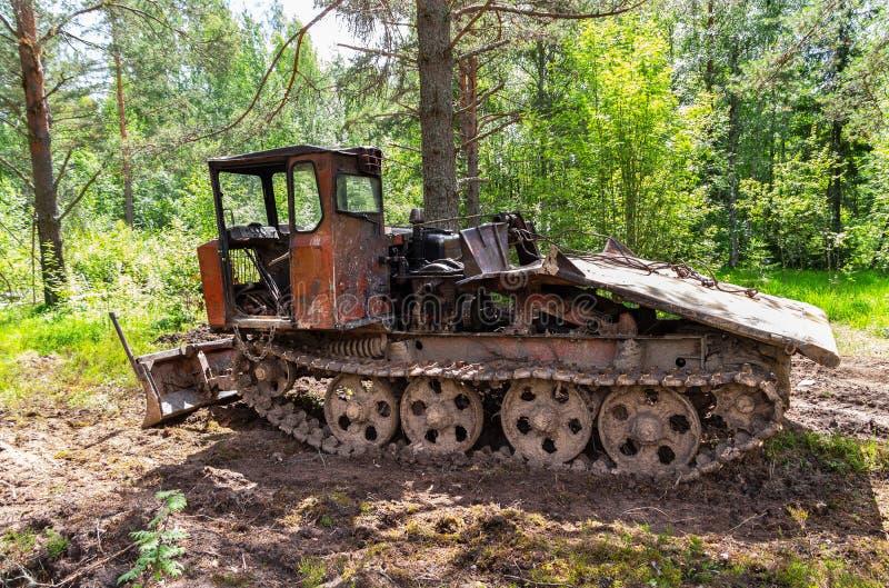 Tracteur de ensabotage pour l'industrie de bois de construction à la forêt image stock