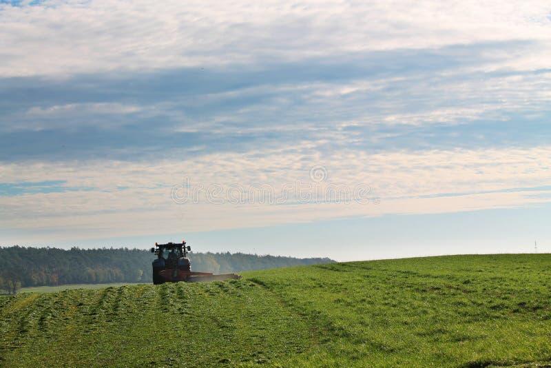 Tracteur de pelouse sur le terrain images libres de droits