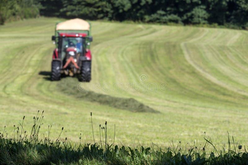 Download Tracteur De Récolte De Foin Image stock - Image du pile, machines: 76083053