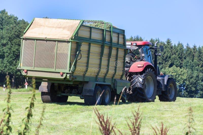 Download Tracteur De Récolte De Foin Image stock - Image du herbe, moisson: 76083075