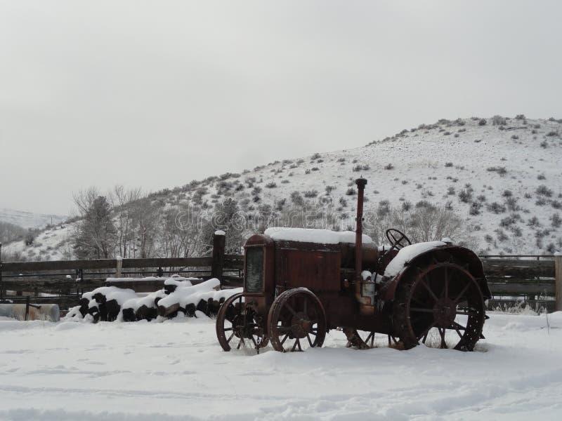 Tracteur de vintage en hiver près de McCall, Idaho photographie stock