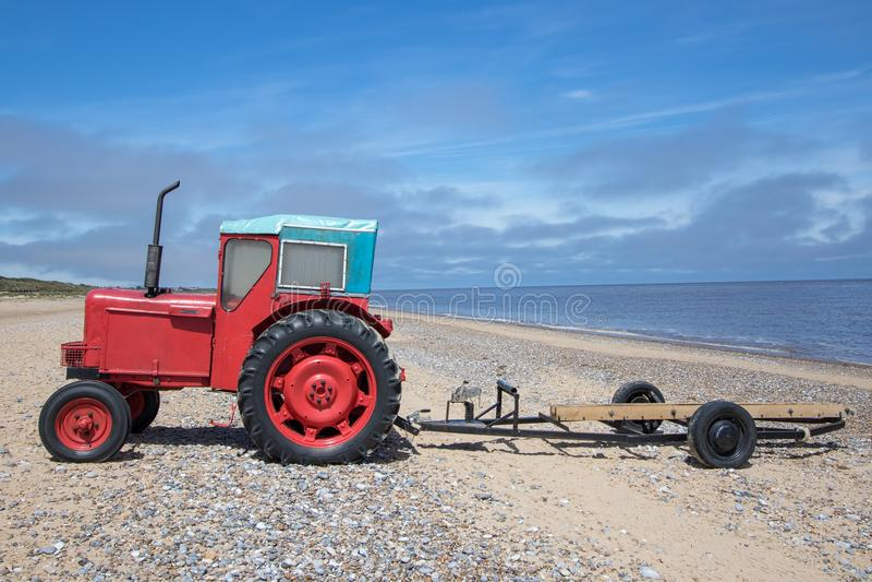 Tracteur diesel de petit vintage rouge original avec la remorque de bateau photos libres de droits