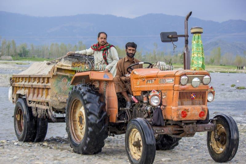 Tracteur du Pakistan avec deux conducteurs image stock