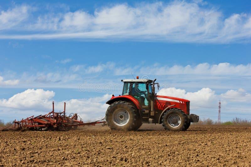 Tracteur et charrue images libres de droits