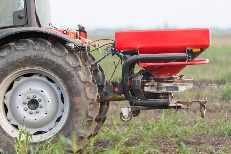 Tracteur et engrais photo stock