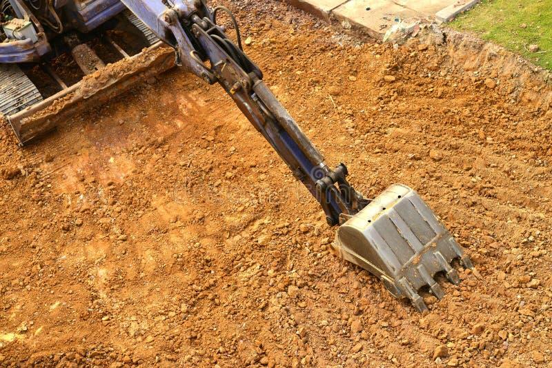 Tracteur fonctionnant d'excavatrice photos libres de droits