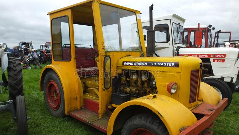 Tracteur jaune photos stock