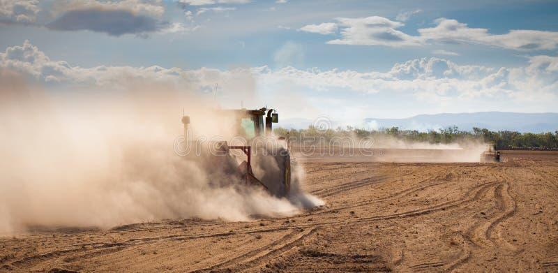 Tracteur labourant la terre sèche photo libre de droits