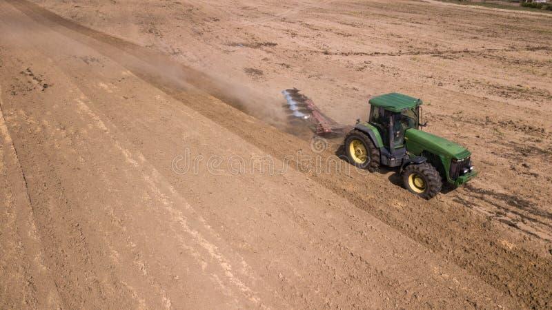 tracteur labourant la vue sup?rieure de champ, photographie a?rienne avec le bourdon photo stock