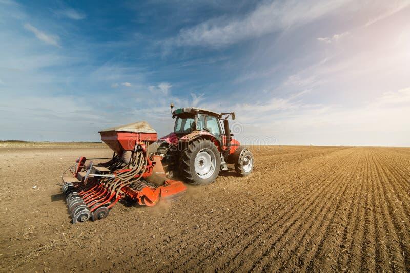 Tracteur labourant les champs - préparer la terre pour semer en automne images stock