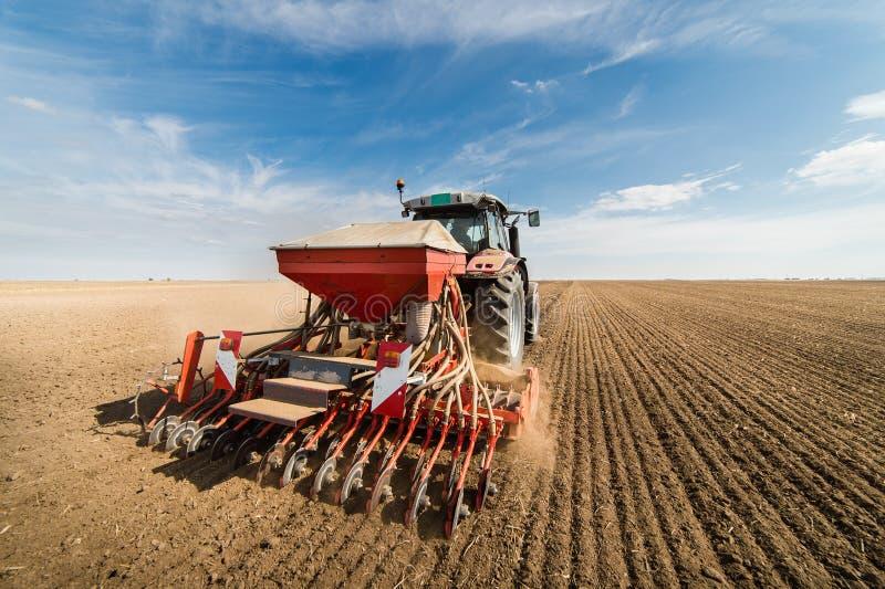 Tracteur labourant les champs - préparer la terre pour semer en automne images libres de droits
