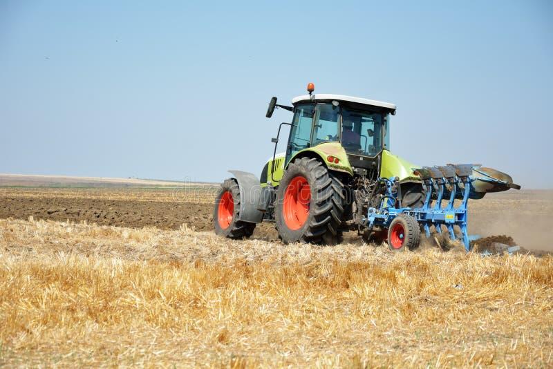 Tracteur labourant, tracteur dans le domaine photographie stock libre de droits