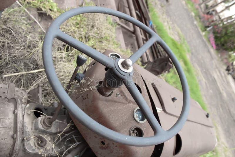 tracteur regardant, regardant fixement très vieux de tracteur et toute autre pièce fixement photographie stock libre de droits