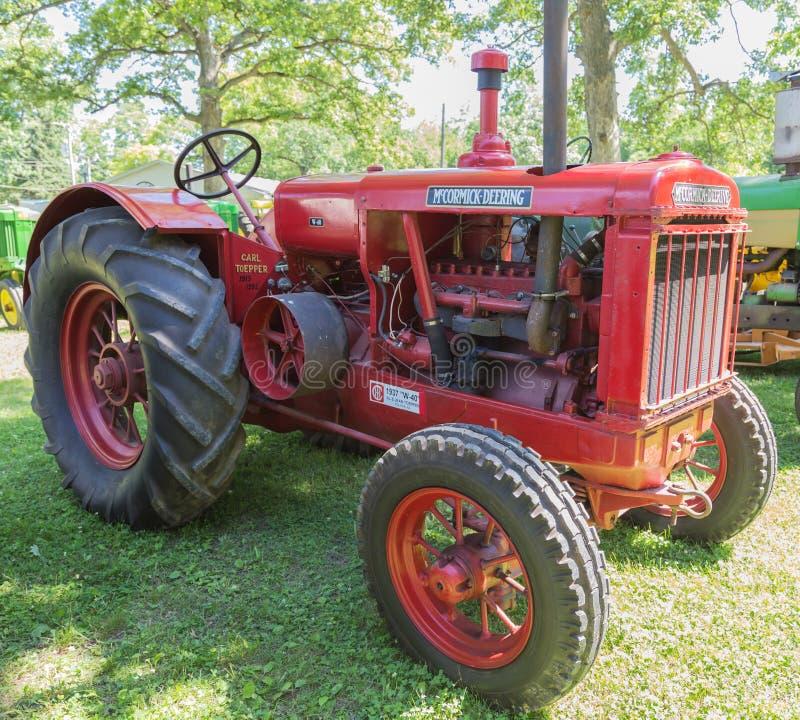 Tracteur rouge de ferme de McCormick-Deering images libres de droits