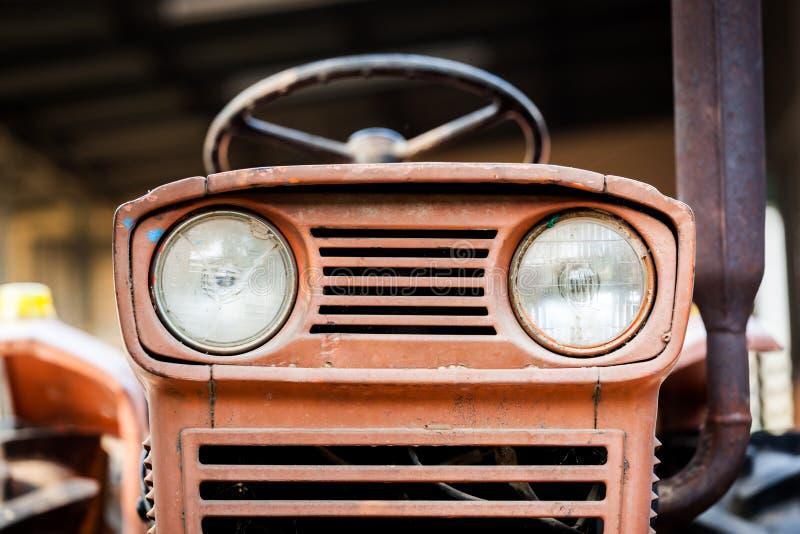 Tracteur rouillé de ferme de vintage de phare image stock