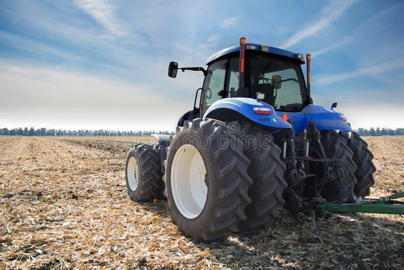 Tracteur sur le champ photo libre de droits
